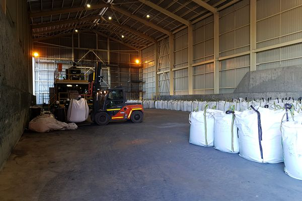 Bagging plant in operation